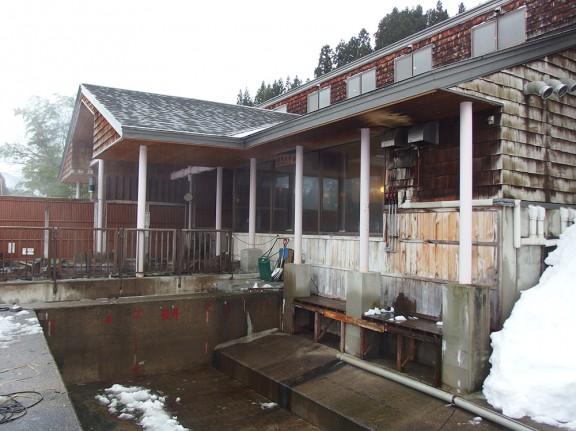 屋根の雪が下のたまりに落ちて、それを温泉の排水が消してくれる枡。
