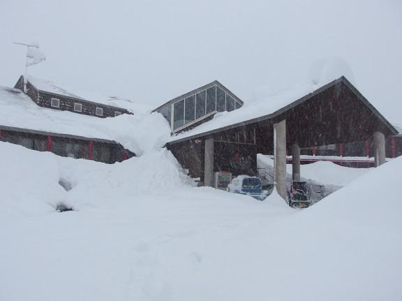 朝出社したら、埋まりそうでした。 これから除雪です。