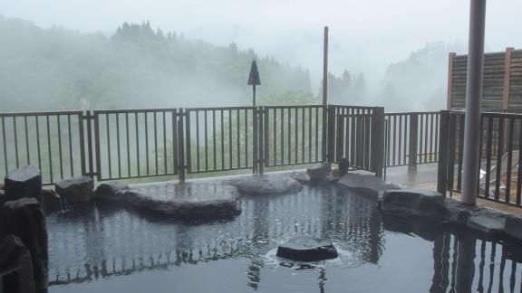 今朝の露天風呂 雨の日は幻想的です。