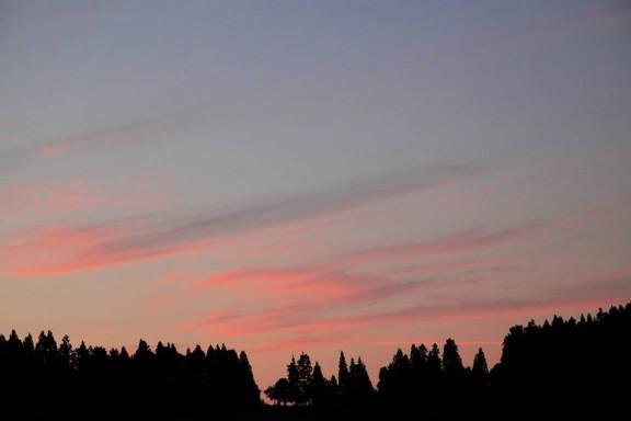 自宅の窓から夕陽を撮影