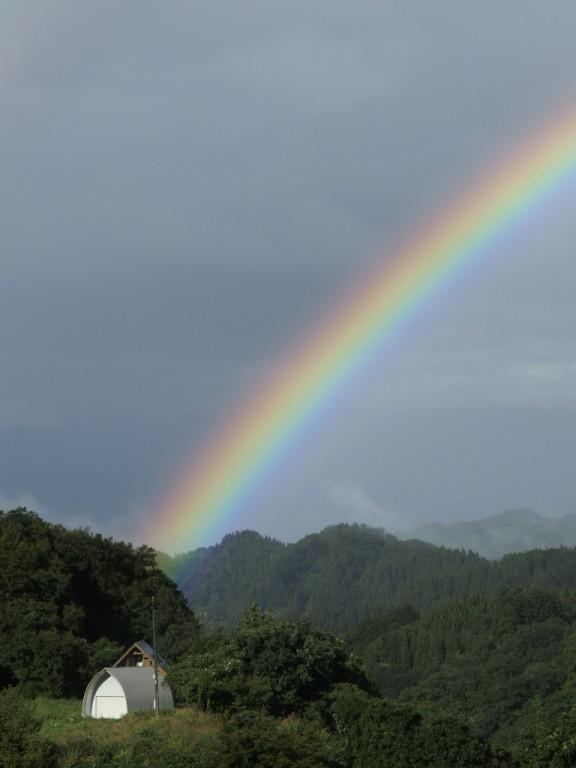 建物を起点に虹の光が始まっていて、ドラマチック