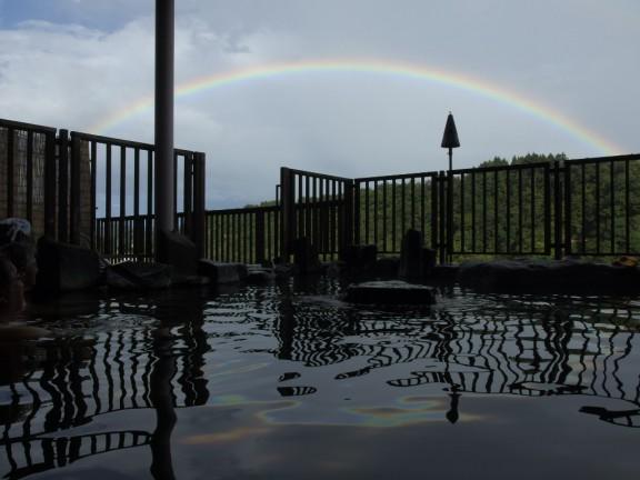 露天風呂の水面に写りこんだ虹色