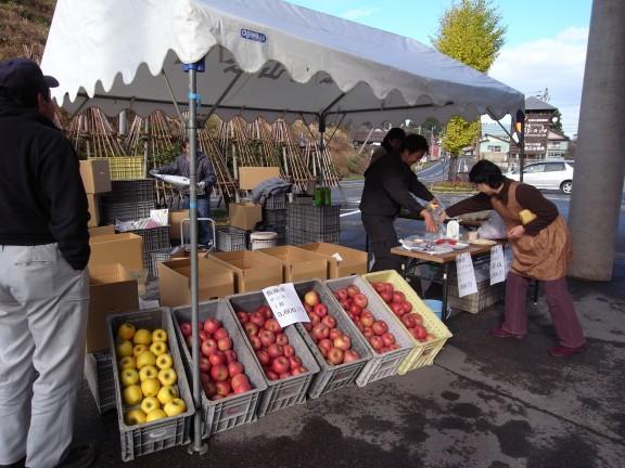 丸茂ファームのリンゴ直売会です。